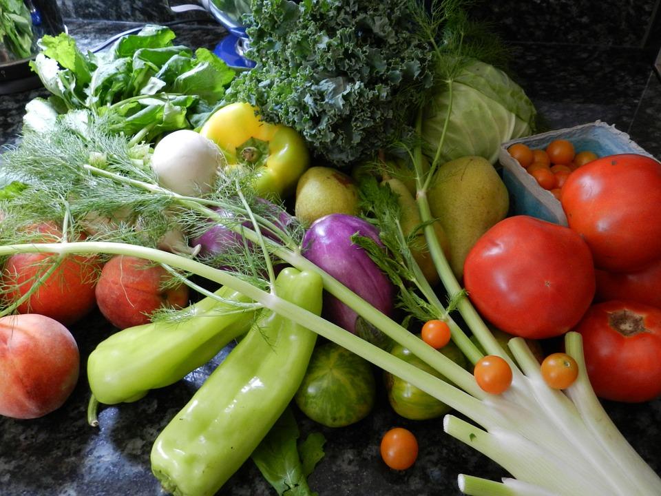 Mes fruites i llegums ecològics al menú.