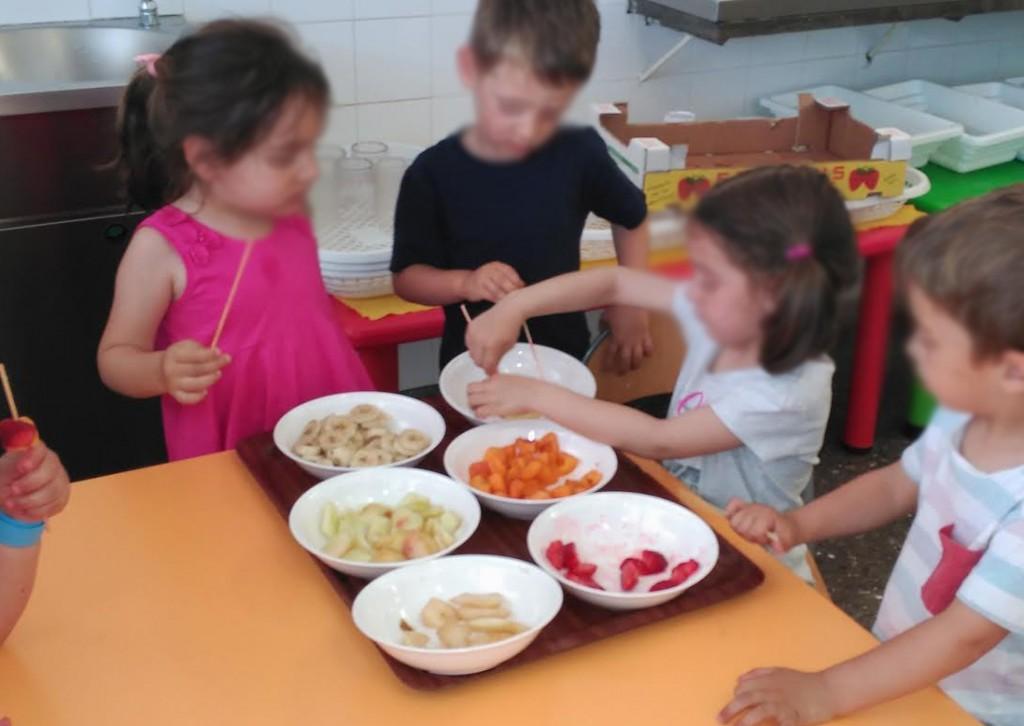 càtering menjadors escolars Barcelona: brotxetes de fruites