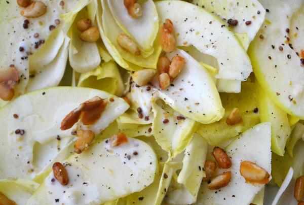 Amanida d'endívies i poma verda per als menjadors escolars